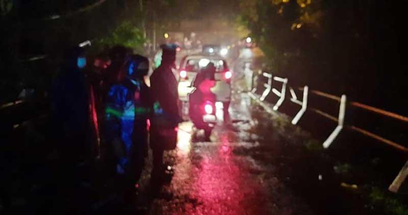 Ujan Lebat 3 Orang Pengendara Sepeda Motor Jatuh ke Sungai Petanu