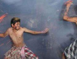 Mengusir Petaka Lewat Ritual Perang Api di Ubud Gianyar Bali