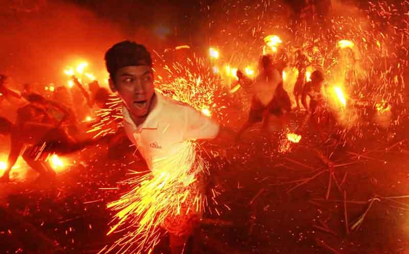 Ritual Perang Api di Ubud Gianyar Bali