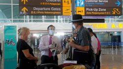 Warga Negara Australia meninggalkan Bali